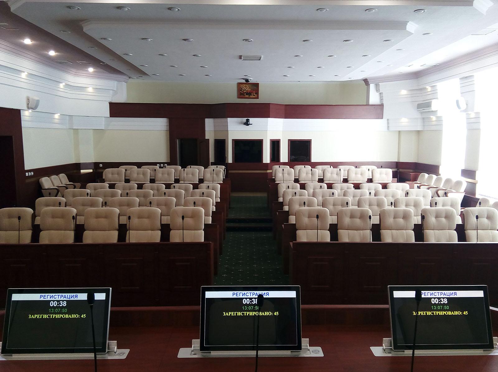 Выдвижные мониторы GlavCom в президиуме