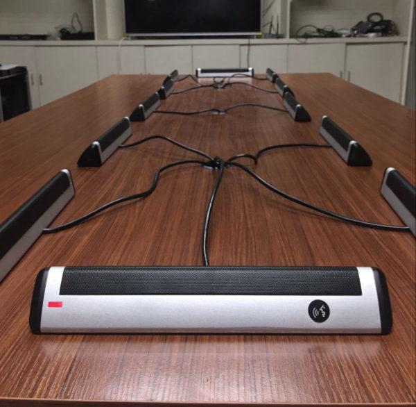 Настольный микрофон делегата VIS-DAD-T на столе